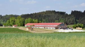 Moderne Hofanlage eingebettet zwischen Wiesen und Wäldern